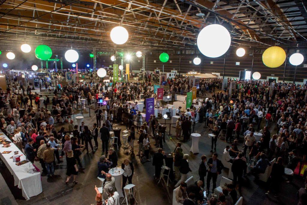Photo d'un cocktail dinatoire de 3500 personnes à la grande halle d'Auvergne Montrognon Traiteur